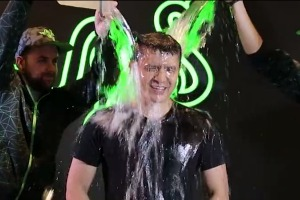 Razer CEO does ALS Ice Bucket Challenge after meeting ALS-stricken fan